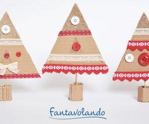 Lavoretti di Natale: alberi con il cartoncino di recupero